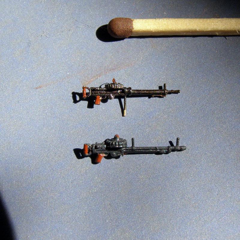Сверху пулемет от Mini World, внизу пулемет из набора. Разница очевидна.