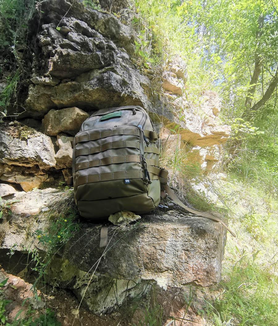Скальные выходы известняка и легендарный рюкзак Т-20 в приятном цвете Умбра. Около этих скал устроили привал с перекусом...