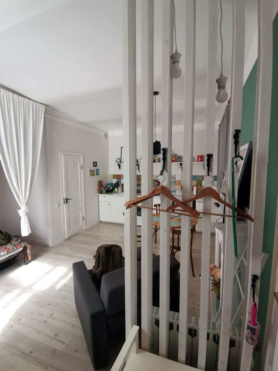 А внутри красивый стильный интерьер с трехметровыми потолками и 30 квадратных метров раздолья)))