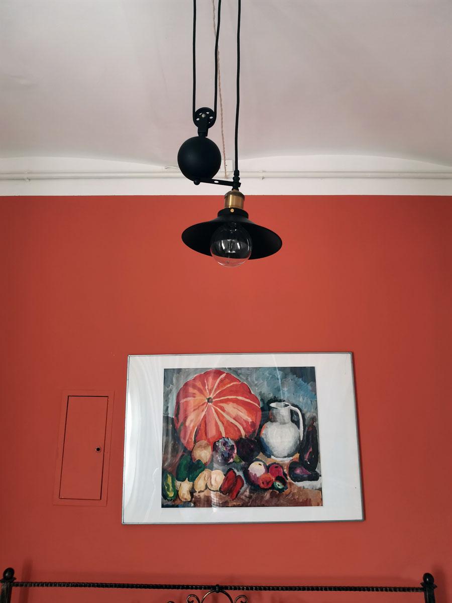 Картина и стена в одной цветовой гамме...