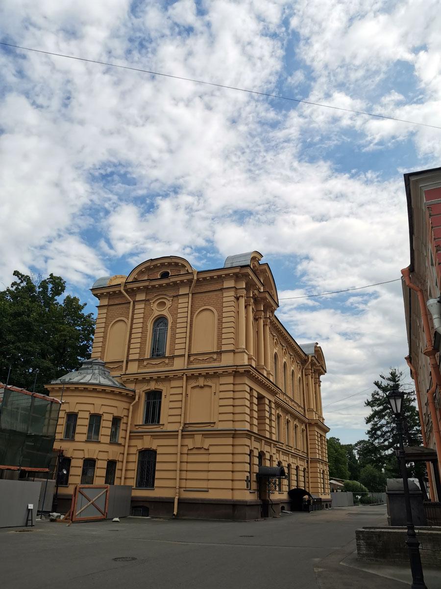 Здание ризницы и древлехранилища уже отреставрировано, а вот реставрация 200метровой стены кладбища продолжается...