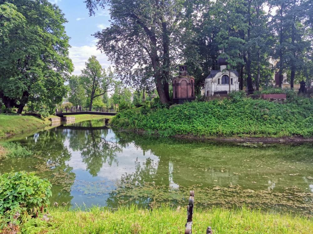 Протяженный пруд с поворотами, пристанью и мостом разделяет Никольское кладбище пополам и придает ему уюта и романтизма...
