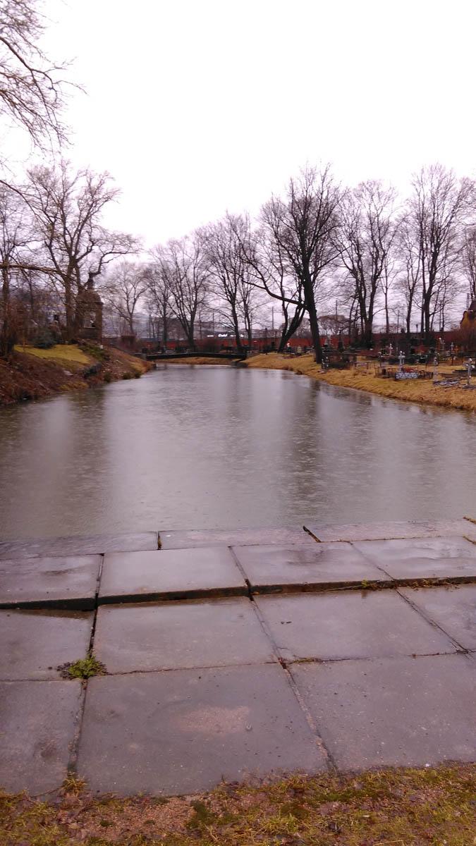 К сожалению, шел дождь, да и кладбище уже закрывалось. Но впечатления от этого короткого посещения были такие сильные, что в первый же день моей июльской поездки в Ленинград, я пришел сюда снова...