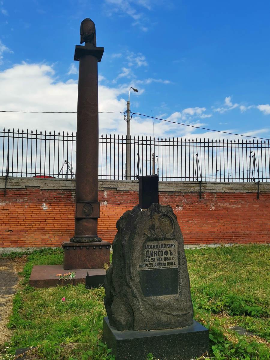 Колонна фоне синего неба над могилой Капитана Л. М. Мациевича - первого в России пилота, погибшего в авиакатастрофе.