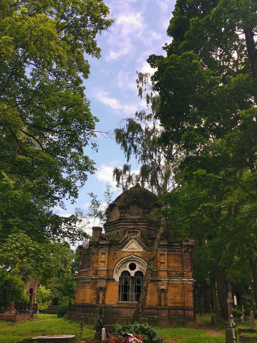 Самый большой и один из самых красивых склепов на Никольском кладбище. Но в запущенном состоянии.