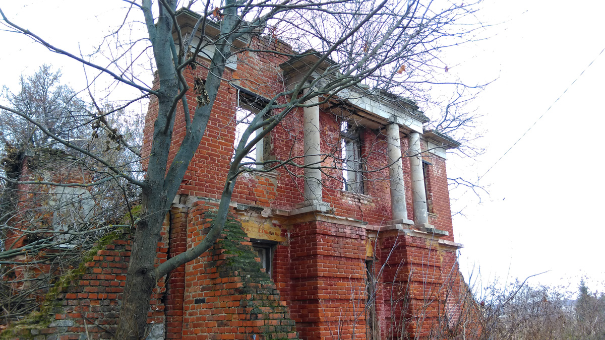 Рядом с домом расположены руины флигеля.