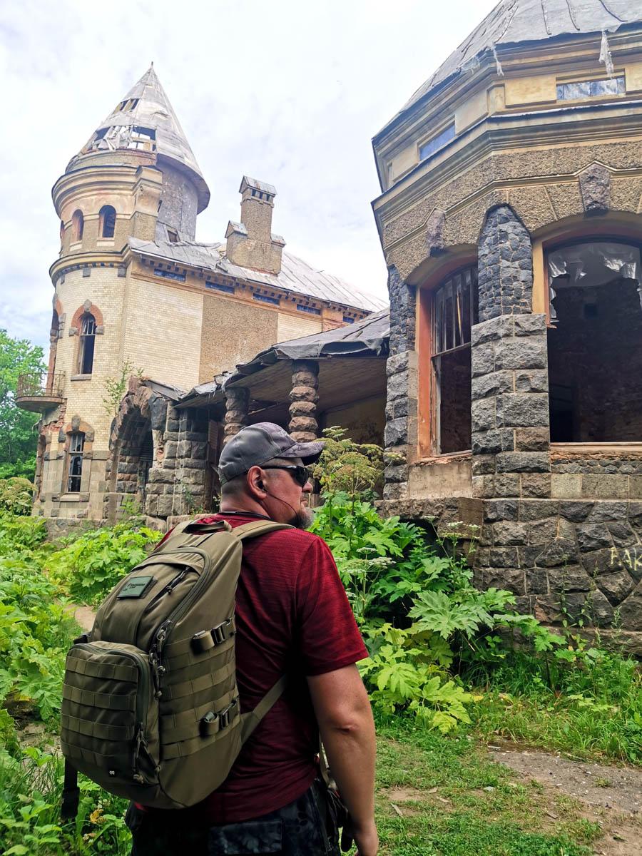 Проходим мимо здания Ленинградского Научно-Исследовательского Института Сельского Хозяйства и попадаем в сказочный заброшенный замок....