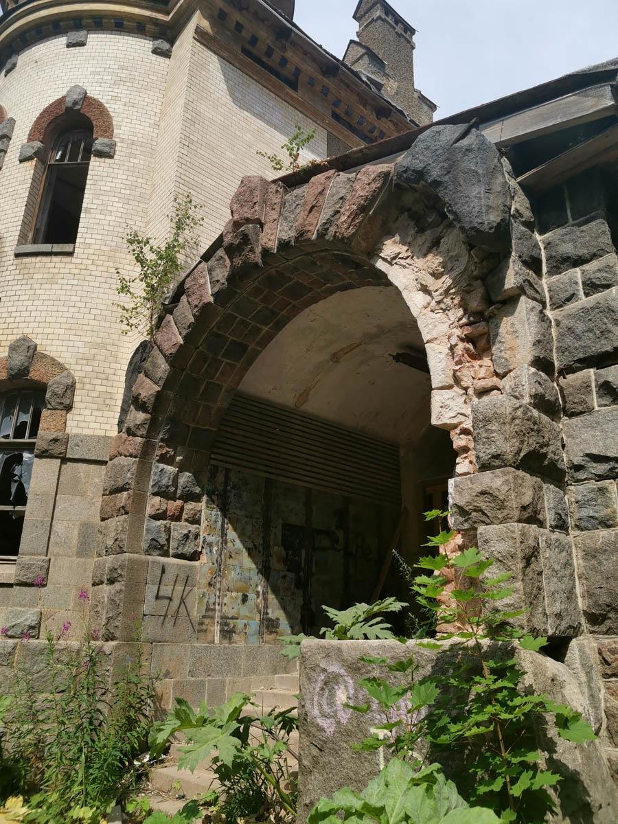 Входная арка.. Очень красивая, даже сейчас, когда часть камней обрушилась...