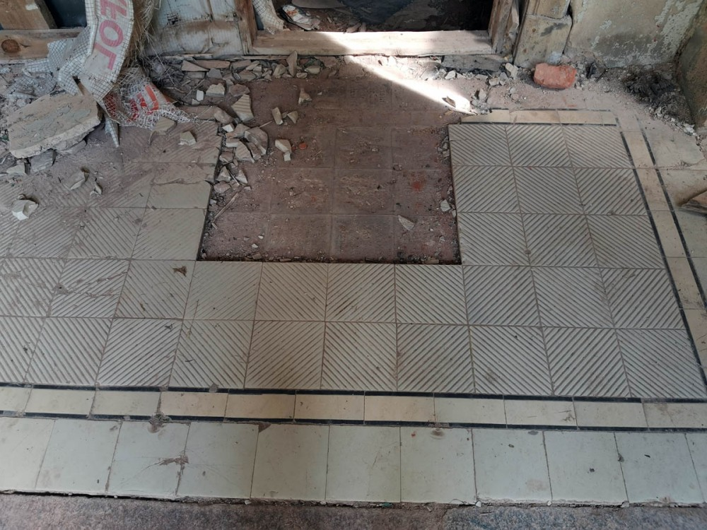 Плитка перед входной дверью.