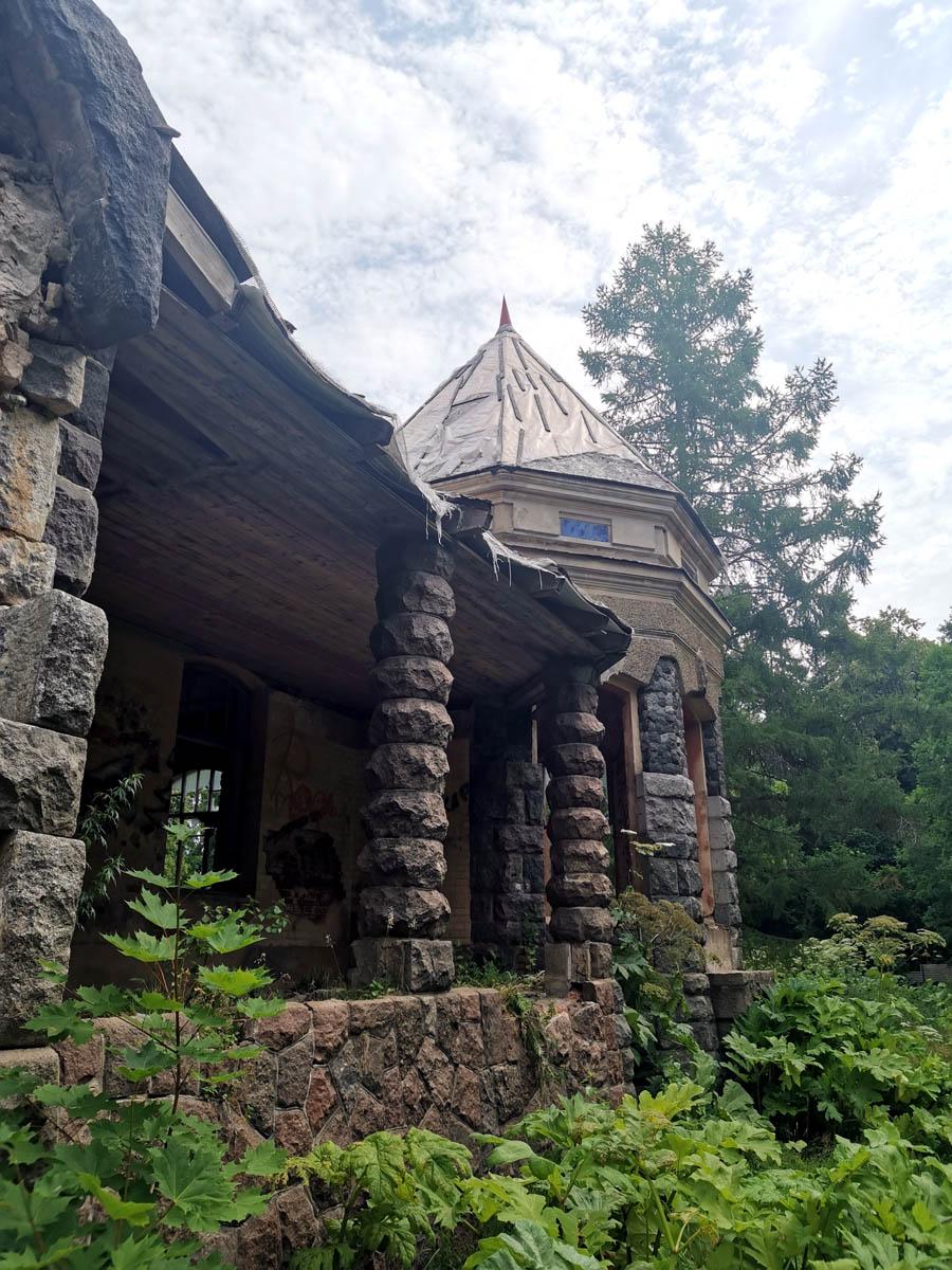 Оригинальные колонны террасы.