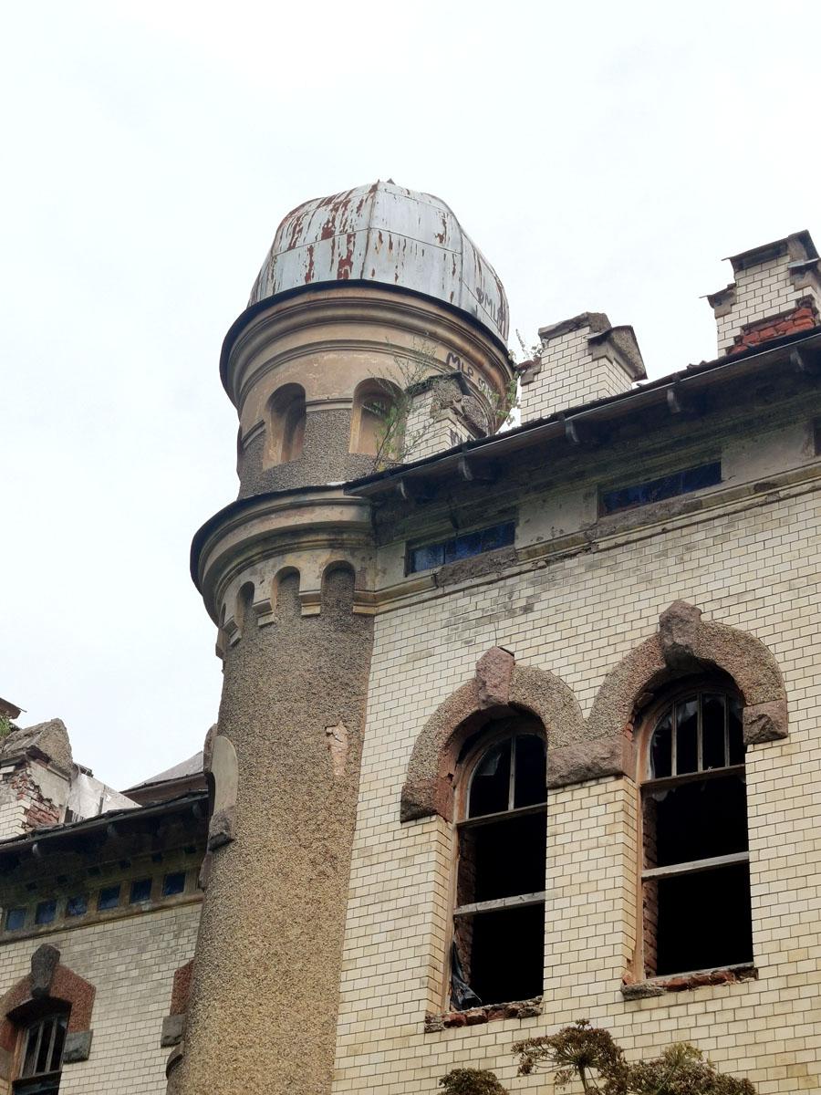 Возвращаемся к южному фасаду. Купол башенки венчающей эркер.