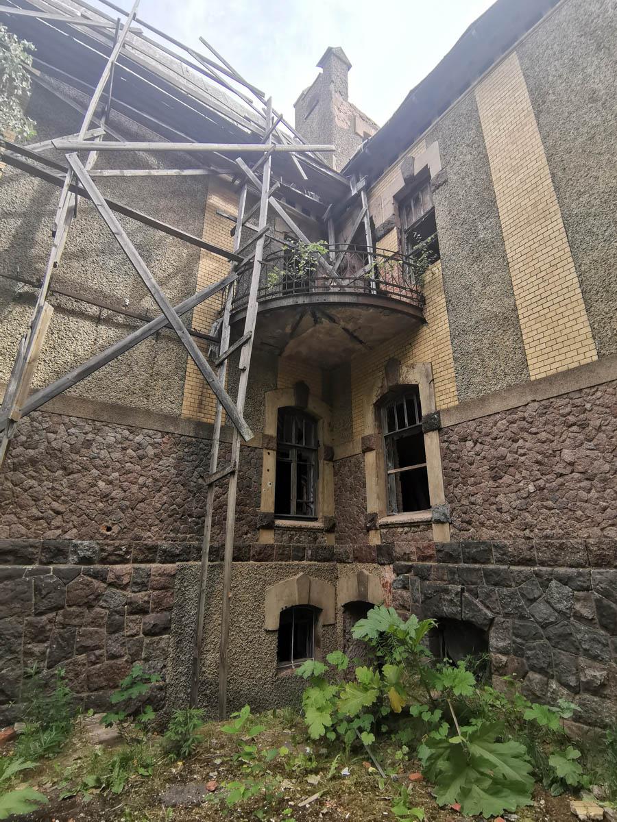 Угловой балкон. Удивительно, но на всех трех балконах сохранилась ограда.