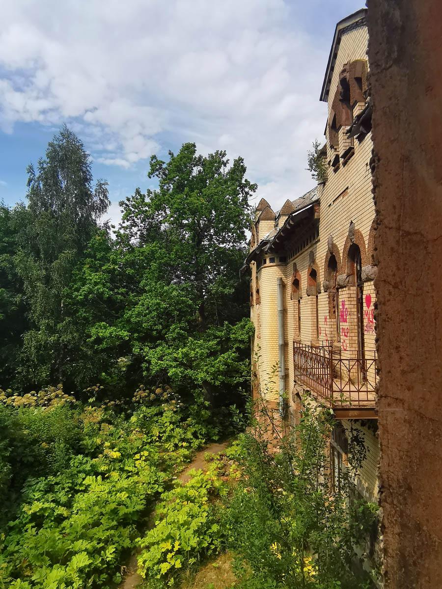 Вид из окна эркера на втором этаже.