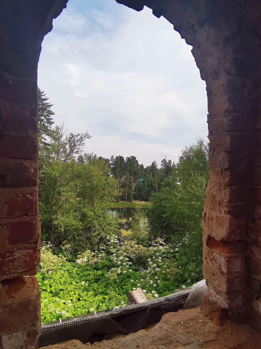 Вид на реку Оредеж из окна мансардного этажа.