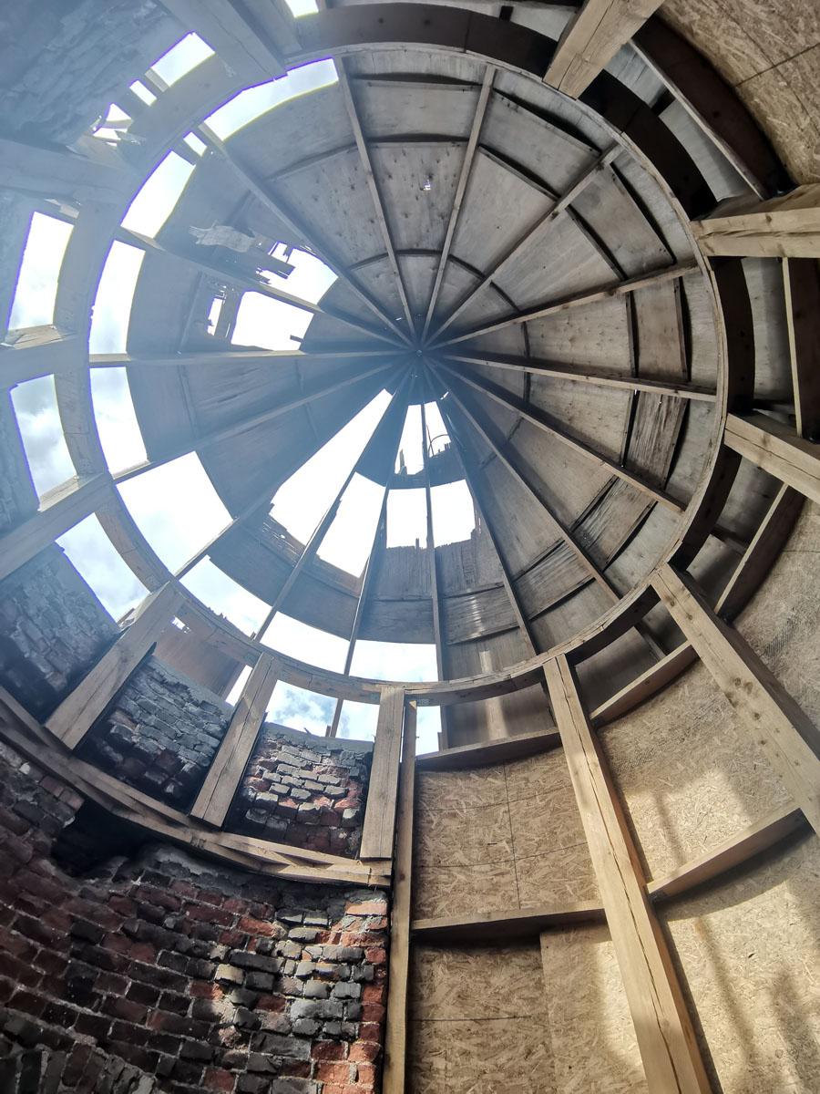 Новый купол главной башни не успели укрыть железом и он уже частично разрушен.