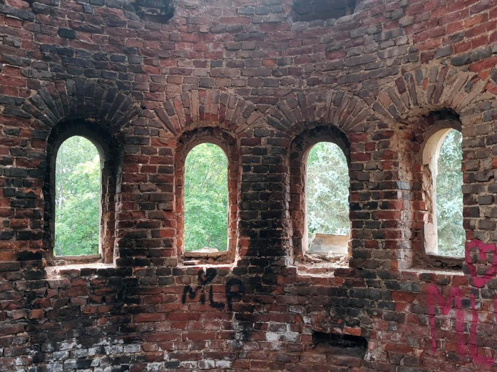 Окна верхнего этажа башни.