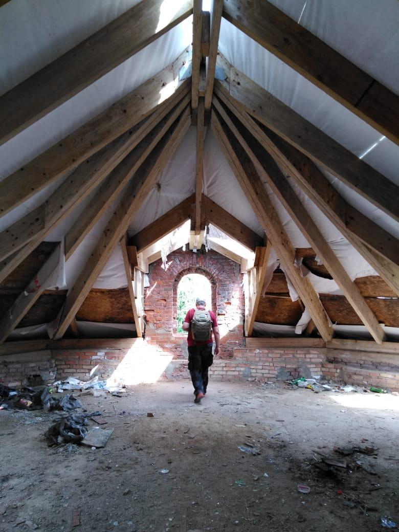 Новые балки крыши... Сделано все было качественно, надежно. Жаль, что ремонт не удалось завершить...