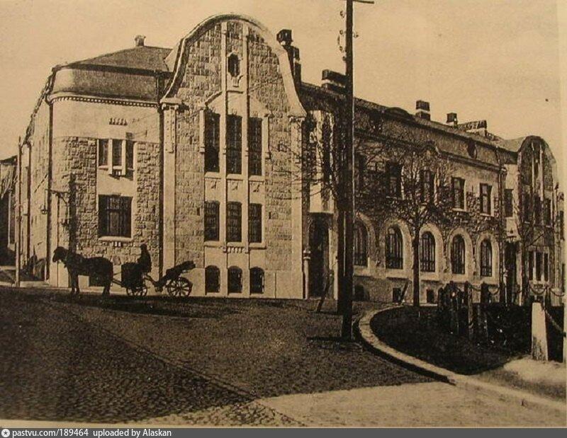 Этот дом в стиле северного модерна был построен в 1909 году по проекту архитекторов К. Гюльдена (Сlas Axel Gyldén) и У. Ульберга (Uno Ullberg). Заказчиком выступал Вильгельм Хакман, один из самых богатых жителей Выборга. Архивное фото начала прошлого века.