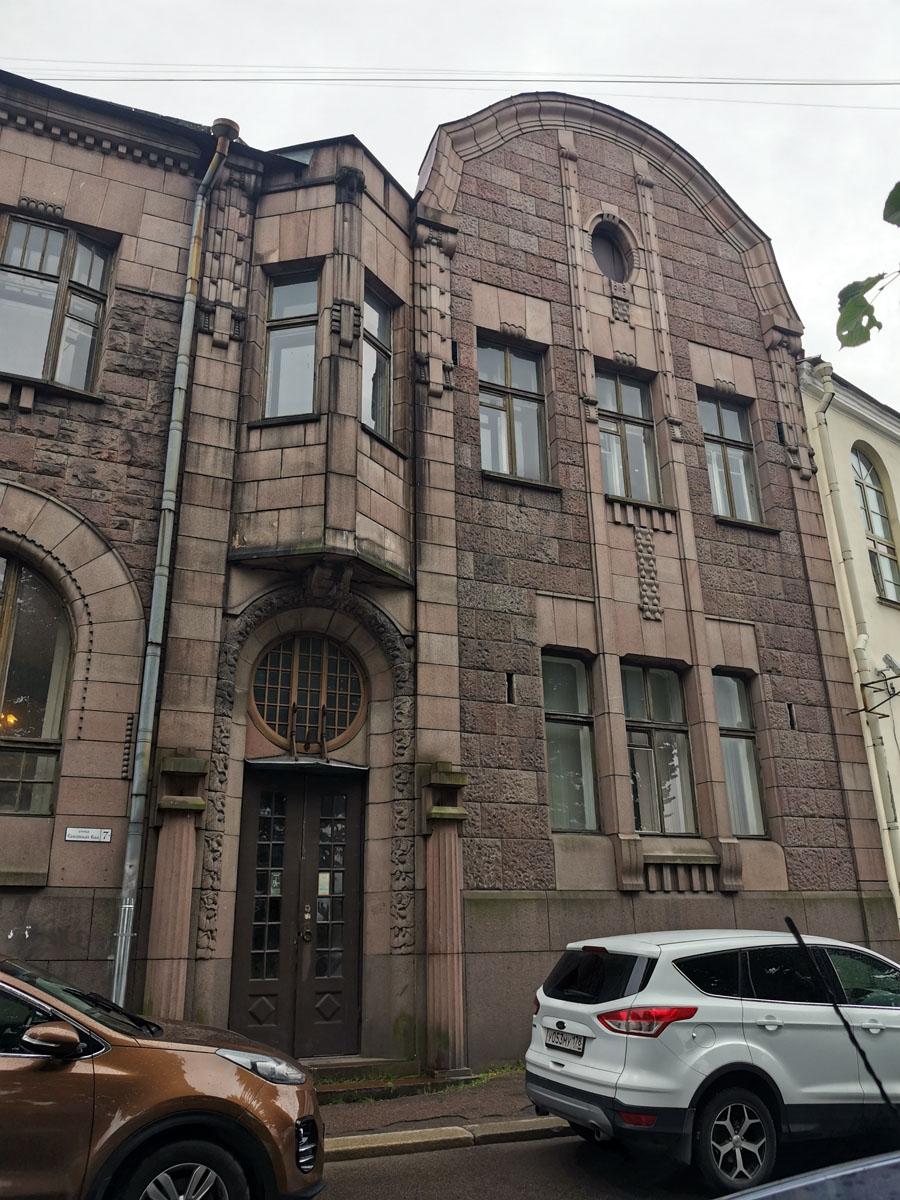 """А на первом этаже были расположены конторские помещения фирмы """"Hackman & Co""""."""