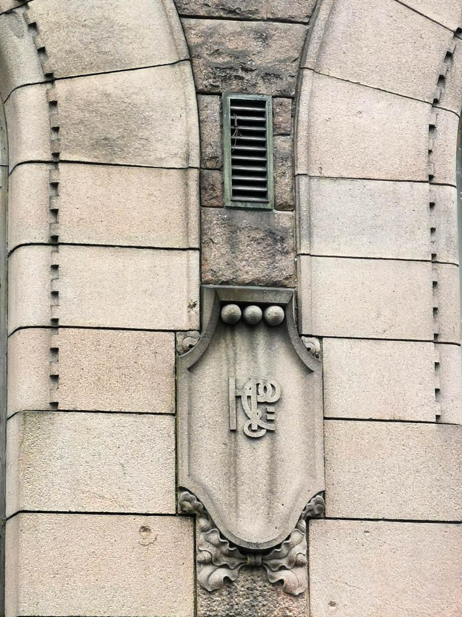 """На фасаде здания барельефы в виде щитов с символикой фирмы """"Hackman & Co"""""""
