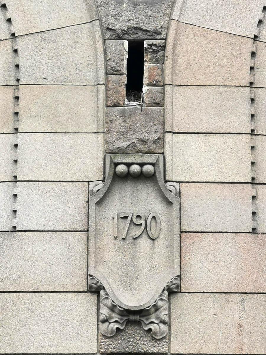 А так же важные даты в истории компании. 1790 - год основания фирмы. Над шитом вентиляционное отверстие, где, похоже, птицы свили гнездо.
