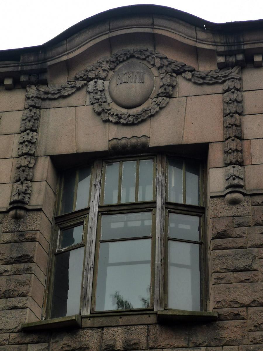 В центре фасада над окном второго этажа дата постройки дома.