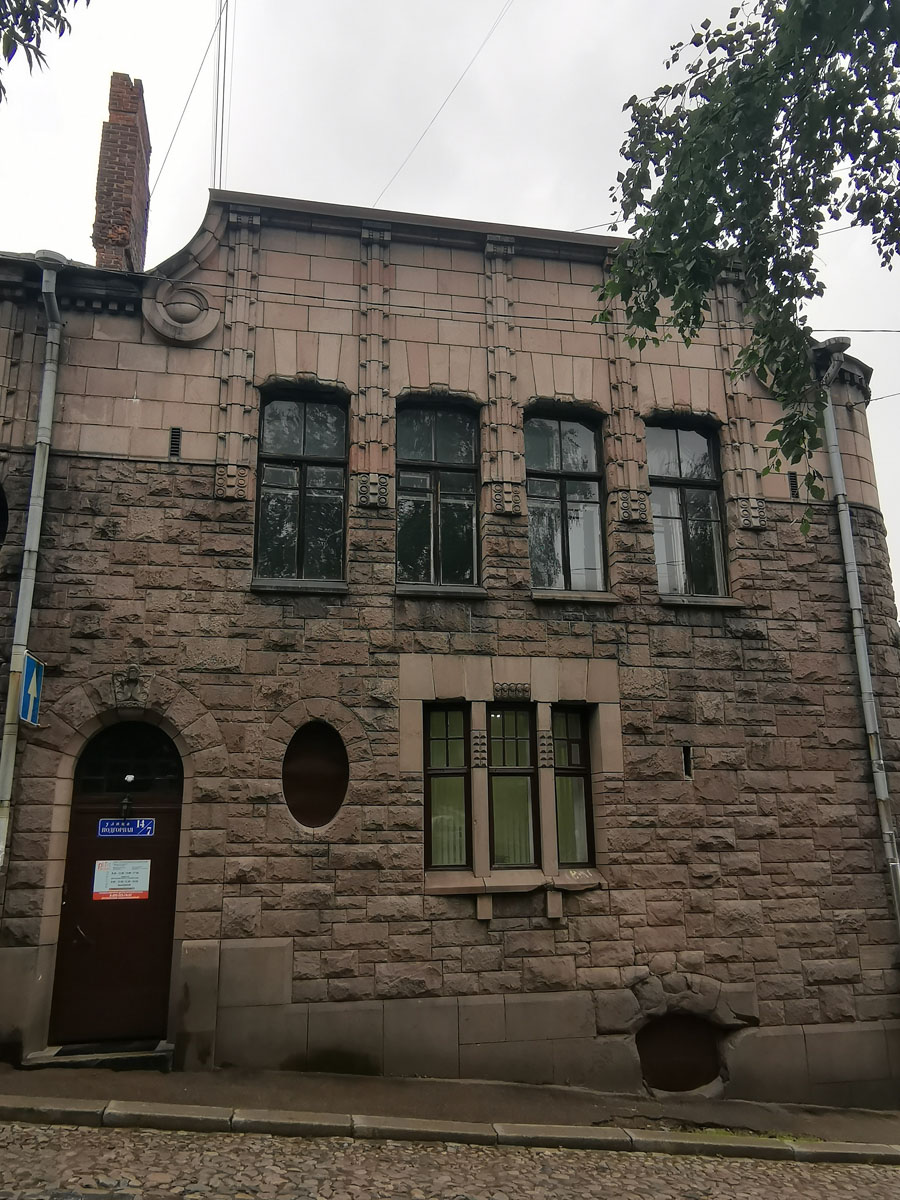 На этом фасаде несколько окон разного размера и форм. Овальные окна были заложены кирпичом в послевоенное время, когда здание было переоборудовано под коммунальное жилье и большие комнаты были разделены перегородками на меньшие по площади... Недавно окна прикрыли коричневыми металлическими листами.