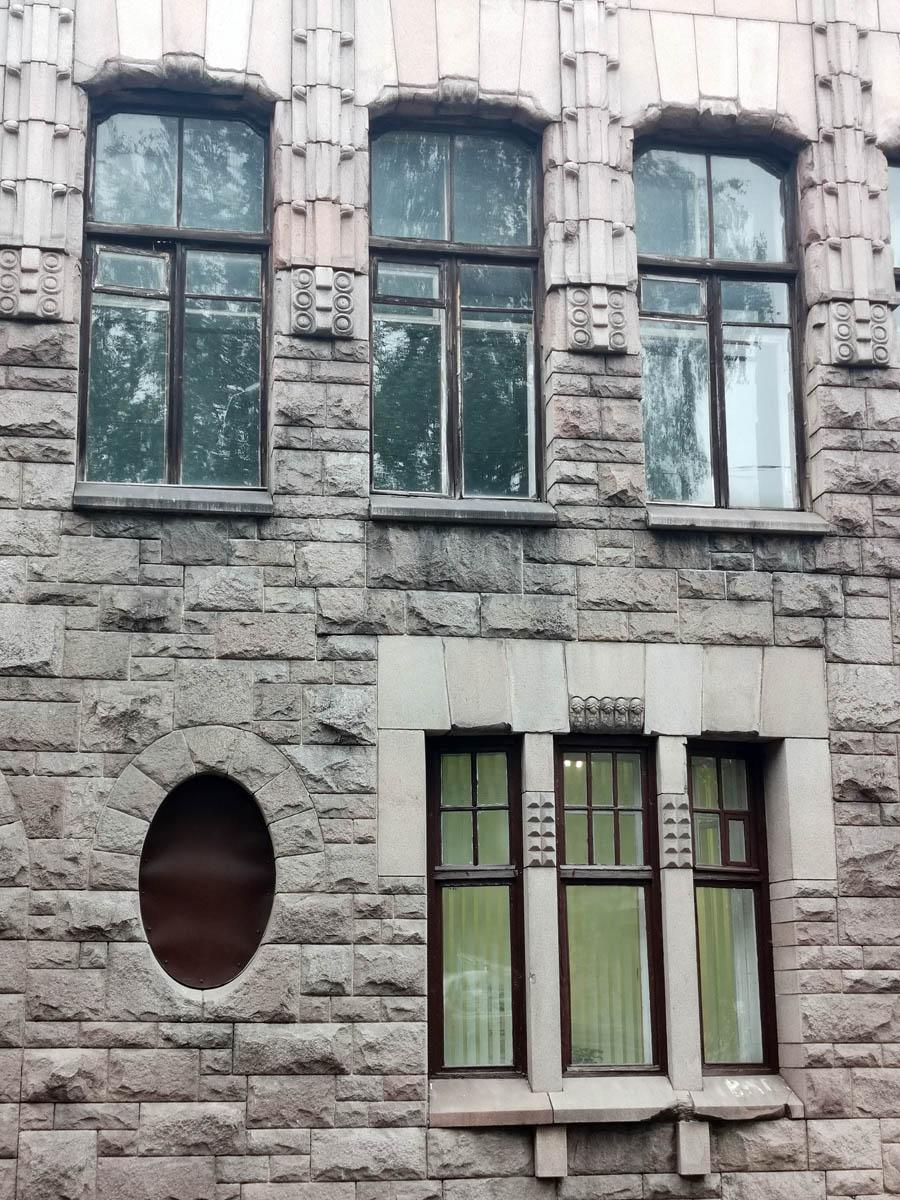 """Эта часть здания обитаема. В окне горит свет, а на двери висит график работы какой-то фирмы, но уже не """"Hackman & Co"""""""