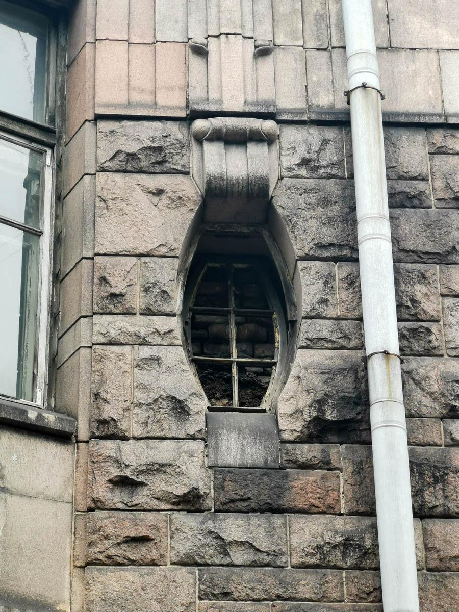 В этом окне сохранилась рама, за которой видна кирпичная кладка.