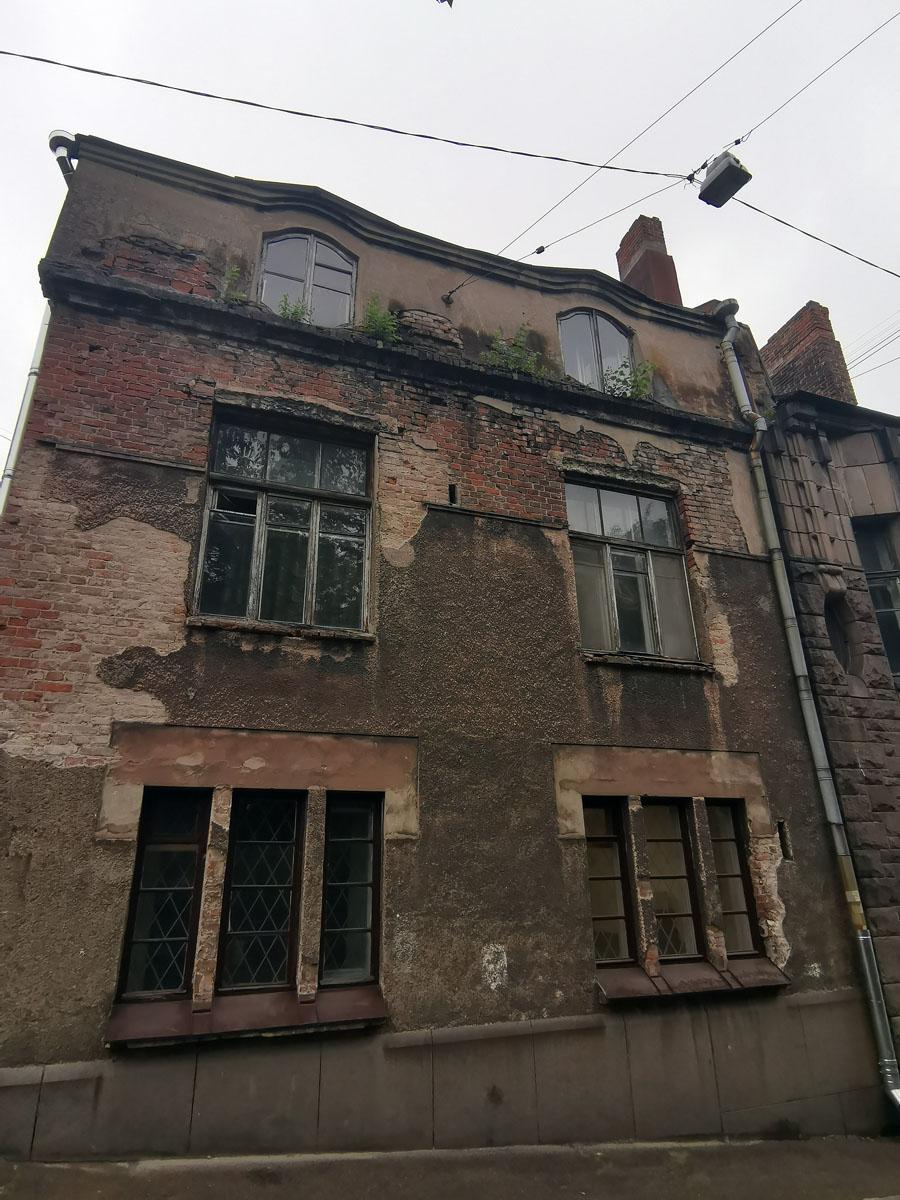 Левее к Дому Хакмана примыкает здание попроще и гораздо хуже сохранившееся.