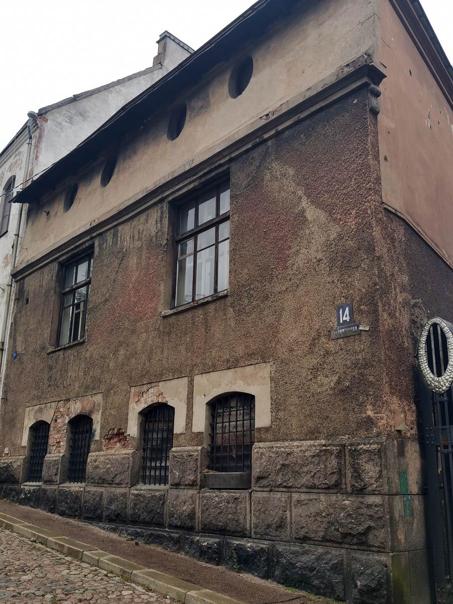 Еще выше по улице расположен дом под номером 14. Предполагаю, что он тоже изначально принадлежал Хакманам