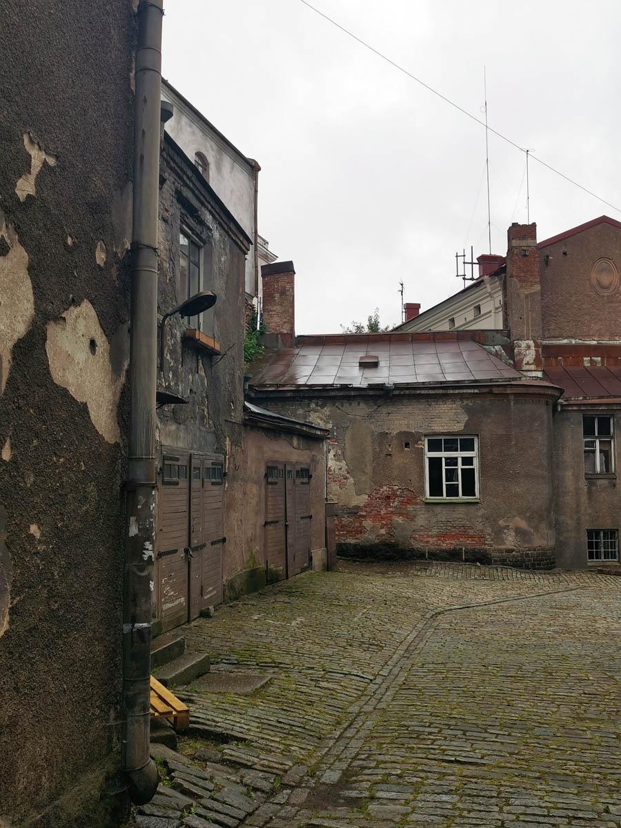 С противоположенной части двора расположены конюшня и/или гаражи.