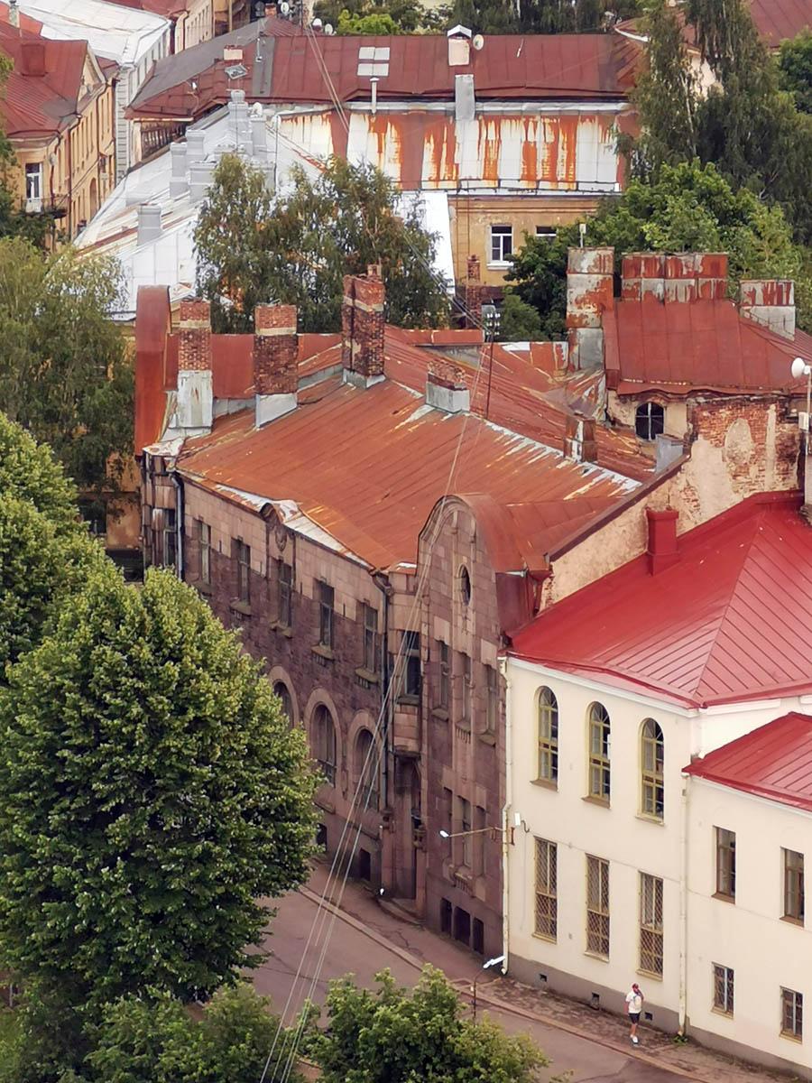 Закончу видом на Дом В. Хакмана с Башни Святого Олафа. Печные (каминные) трубы непропорционально высокие не просто так. Раньше крыша имела другую более высокую выпуклую форму, но была заменена на нынешнюю плоскую во время послевоенного ремонта.