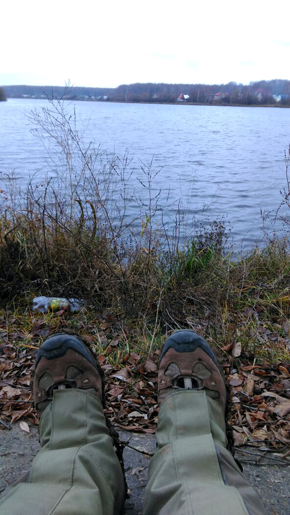 Присели перекусить. На сконе дамбы. Красивый водоем, но мусор по берегам.