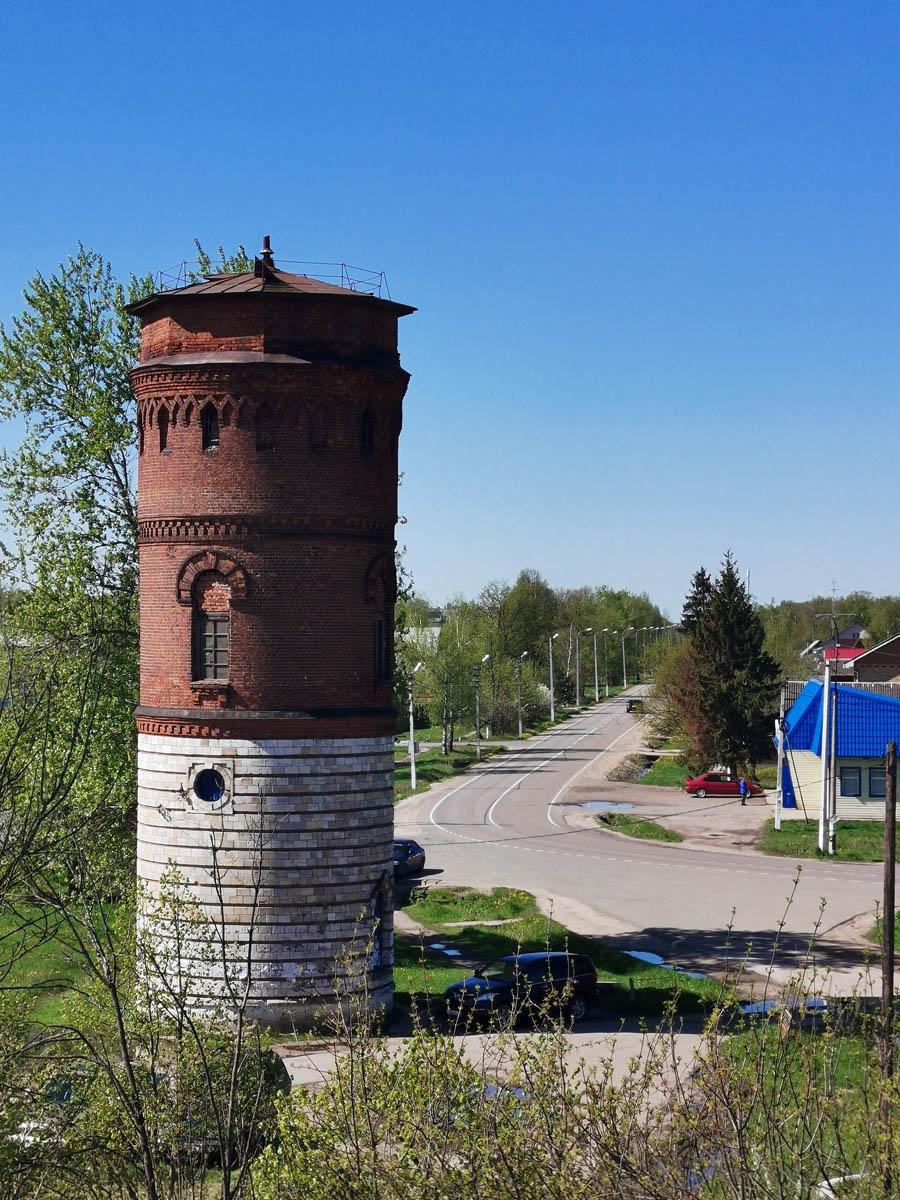 И первый объект для съемки, пожалуй, самая красивая водонапорная башня по этому направлению железной дороги.