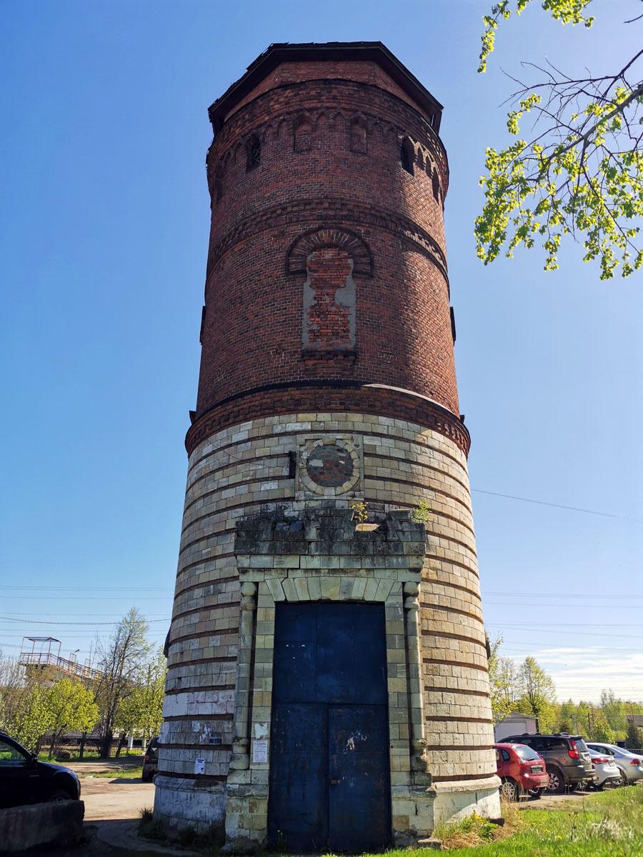 В принципе, все башни при станциях выполнены по типовому проекту, но в деталях они различаются. Башня в Жилево, красиво оформлена камнем в отличии от своих сестер.