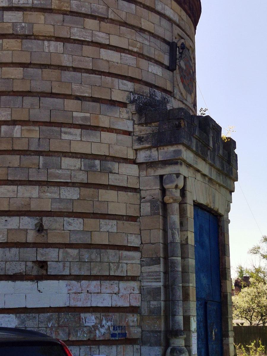 Небольшие колонны украшают дверь...