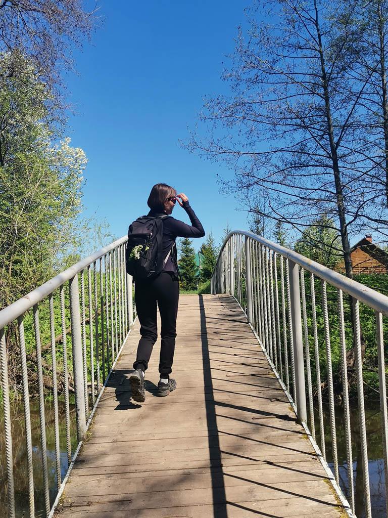 Чуть ниже по течению пешеходный мост. Переходим через него и держим путь к усадьбе Верзилово.