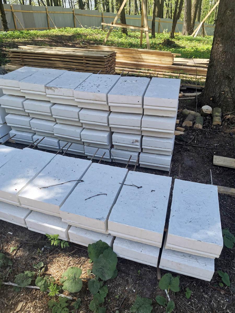 Вот эти блоки специально изготовлены по образу и подобию оригинальных.