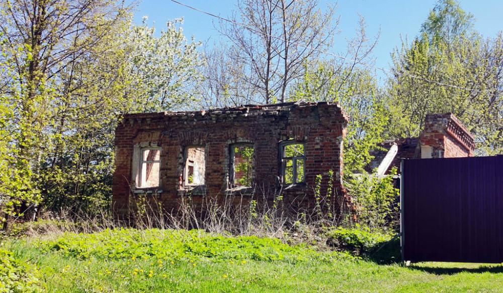 В деревне Ловцово вот такие руины старинного дома.