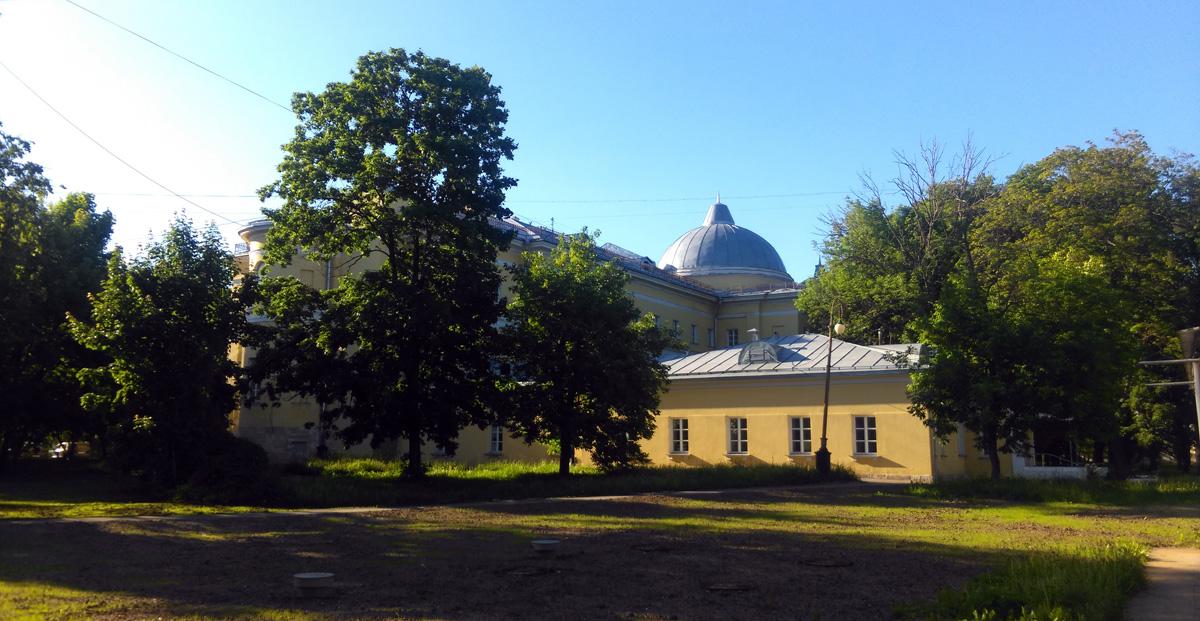Главный корпус Павловской больницы построен в 1802 - 1809 гг. и 1830 году по проекту архитекторов И. Д. Жилярди, М. Ф. Казакова и А. Г. Григорьева.
