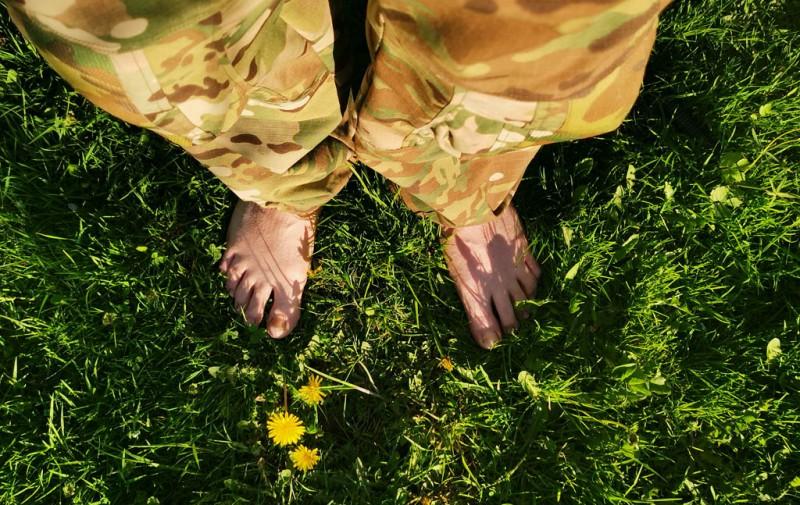 После похода приятно пройтись босиком по прохладной траве...