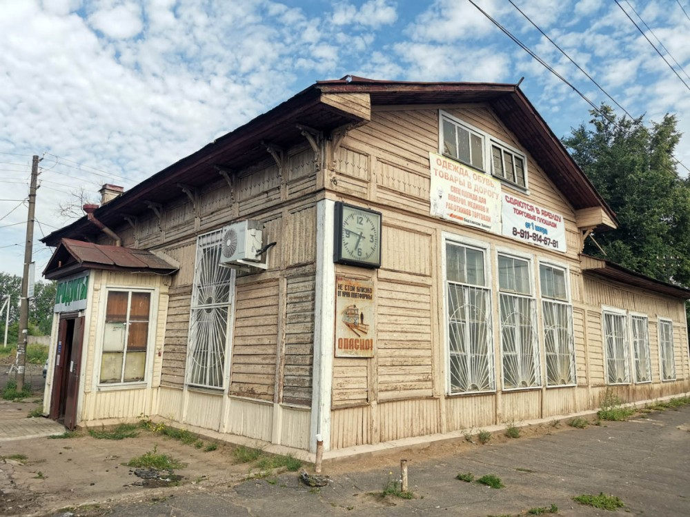 Старое здание ж/д вокзала Сиверская, теперь в нем расположен магазин.
