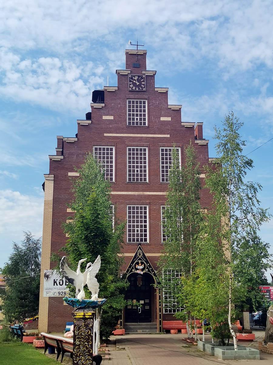 Четырехэтажное здание с сетью магазинов. Выполнено в стиле голландской архитектуры 17 века. Построено в 1999 году.