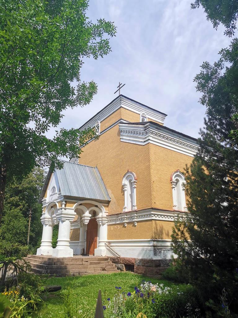 Но в тех объемах, что здание досталось верующим, храм отреставрирован и внутри и снаружи. Территория тоже ухожена.