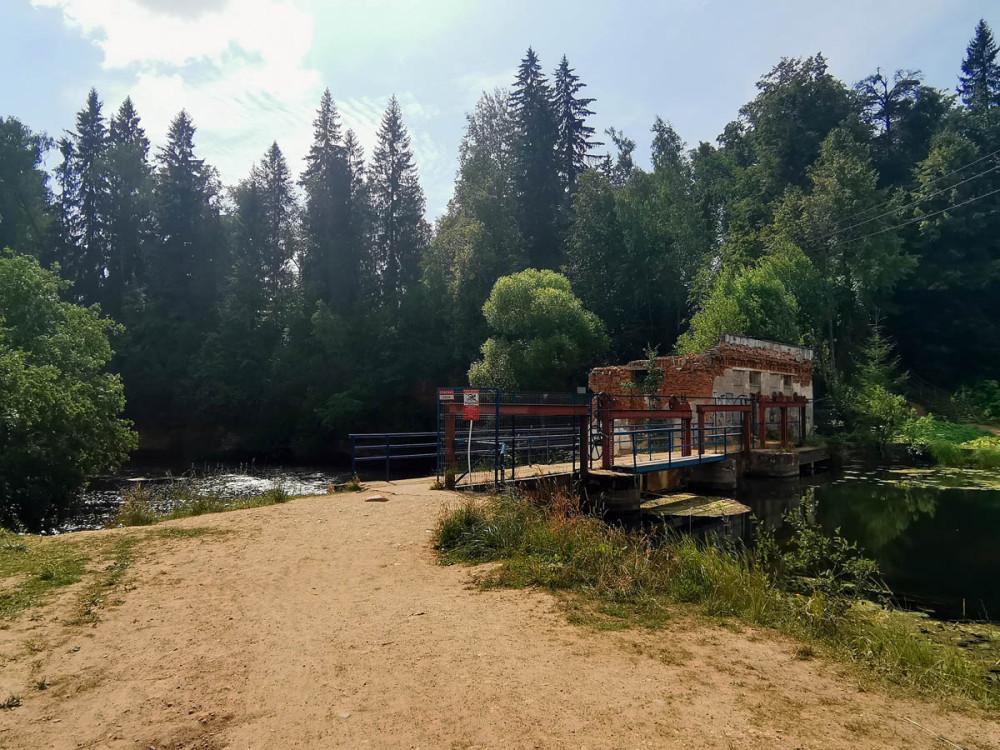Плотина и руины бывшей ГЭС.