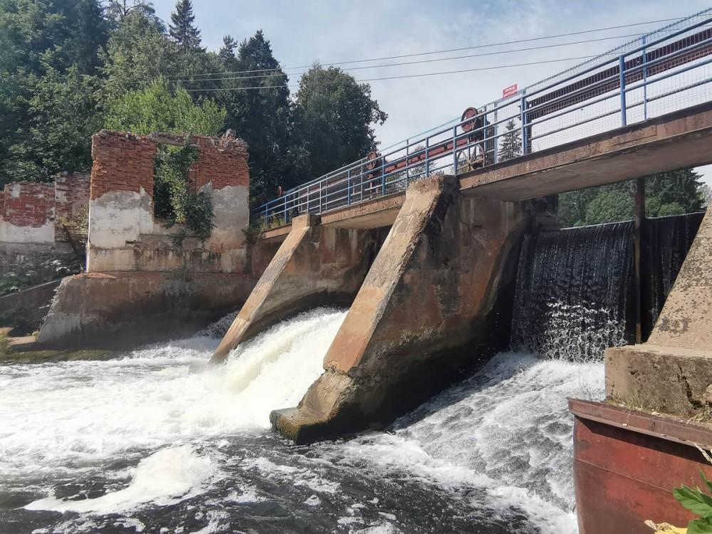 Сейчас плотина регулирует уровень воды в Белогорском водохранилище и используется как пешеходный мост. Белогорская ГЭС (мощность 175 кВт) входила в Каскад ГЭС на реке Оредеж, построенный в 1950-е годы.