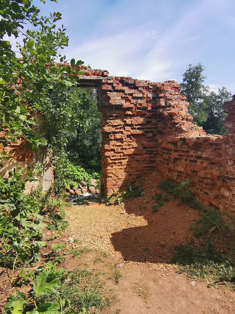 Тем временем от здания ГЭС Белогорка остались лишь фрагменты стен...