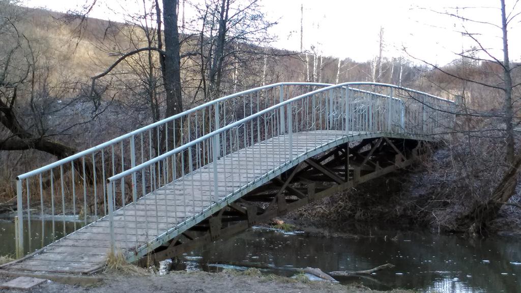 А чуть ниже по течению уже мост пешеходный.