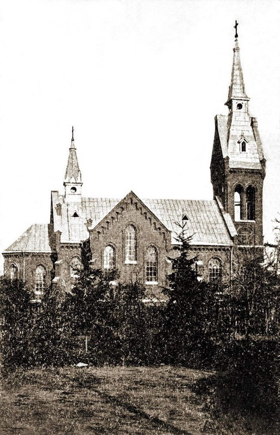 В 1992 году в Гатчине был возрожден католический приход. Первоначально богослужения проводились в актовом зале профтехучилища № 213. Первую Пасхальную литургию совершил 11 апреля 1993 года священник Иосиф Пеллицерри. В 1994 году полуразрушенное здание церкви возвратили верующим. В настоящее время в ней продолжаются реставрационные работы, однако в отремонтированной части здания с 1996 г. уже совершаются богослужения.